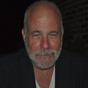 Ramón Lobo. Periodista freelance. Ha cubierto los conflictos de Bosnia-Herzegovina (1993-1995), Kosovo, Chechenia, Afganistán, Irak, Ruanda, Liberia, Sierra Leona, Uganda, Haití, Zimbabue…
